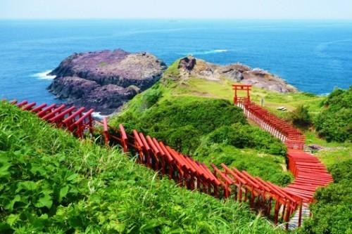 日本123座红色鸟居是拥有颜色对比鲜明的美景之神社,拥有日本最美海边